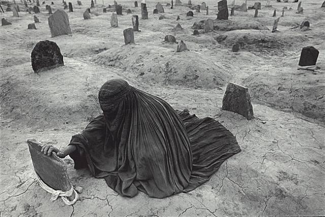 James Nachtwey, Pakistan : Bir kadın, Taliban saldırılarında ölen eşinin mezarında
